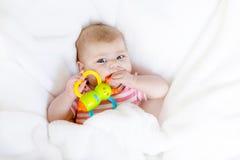 Deux mois adorables mignons de bébé suçant le poing Photographie stock libre de droits