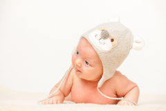 Deux mois de bébé dans le chapeau drôle Photo stock