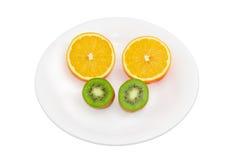 Deux moitiés d'orange et deux moitiés de kiwi Photos libres de droits