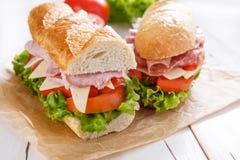 Deux moitiés d'un sous long sandwich à baguette photos libres de droits