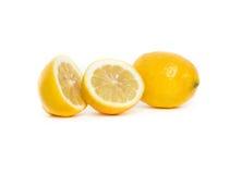 Deux moitiés et un citron entier Photo stock