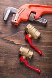 Deux montages de plombiers et clés de singe dessus Image libre de droits