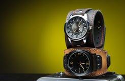 Deux montres des hommes avec le bracelet en cuir large Image stock