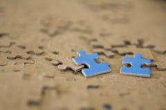 Deux morceaux bleus de puzzle Image libre de droits