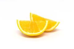 Deux morceaux d'orange coupée en tranches d'isolement sur le fond blanc Image libre de droits
