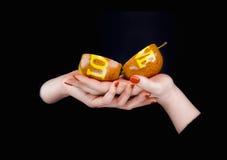Deux morceaux d'une pomme avec amour séparé de mot sur un Han de femmes Photo libre de droits