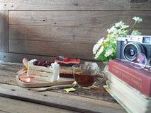 Deux morceaux de gâteau sur le mot Photographie stock