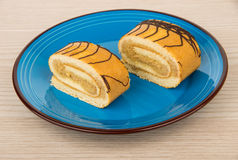 Deux morceaux de petit pain doux durcissent dans le plat bleu Photo stock