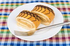Deux morceaux de petit pain doux durcissent dans le plat et la fourchette Images stock