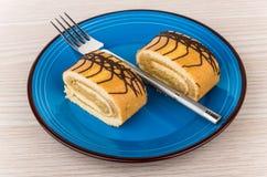 Deux morceaux de petit pain doux durcissent dans le plat et la fourchette Photographie stock libre de droits