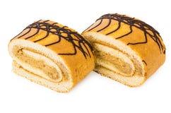 Deux morceaux de petit pain doux durcissent dans le plat sur le conseil en bois Photos libres de droits
