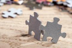 Deux morceaux de puzzle denteux sur la table Photographie stock