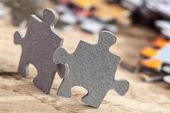 Deux morceaux de puzzle denteux sur la table Photo libre de droits