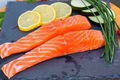 Deux morceaux de saumons aux oignons photographie stock libre de droits