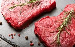 Deux morceaux de viande fraîche sur une table en bois photographie stock libre de droits