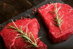 Deux morceaux de viande fraîche sur une table en bois images stock