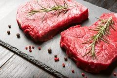 Deux morceaux de viande fraîche sur une table en bois photos stock
