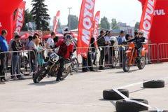 Deux motocyclistes sur la voie Photo stock