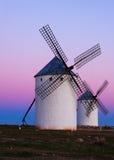 Deux moulins à vent au champ dans la soirée Images libres de droits
