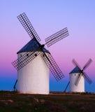 Deux moulins à vent au champ dans le lever de soleil Photo stock