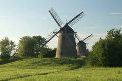 Deux moulins à vent dans un domaine Images libres de droits