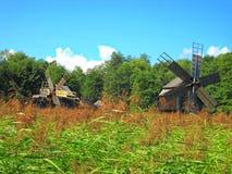 deux moulins à vent, Roumain traditionnel, au bord de la forêt photographie stock