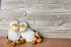 Deux moutons se trouvant en passant sur Pâques Image libre de droits