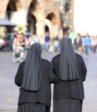 Deux nonnes avec de longues robes et un voile pour couvrir les cheveux ils wal photographie stock libre de droits