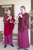Deux nonnes bouddhistes soufflent les klaxons à la cérémonie bouddhiste d'habilitation d'Amitabha, bâti de méditation dans Ojai,  Image libre de droits
