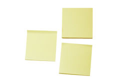 Deux notes de post-it jaunes en blanc et une pile Photo stock