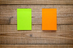 Deux notes de post-it sur le bois Images libres de droits