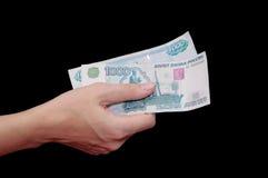 Deux notes sur 1000 roubles dans la main femelle Images stock