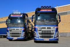 Deux nouveaux camions de réservoir de Volvo FH par un entrepôt Photographie stock