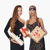 Deux nouvelles années de filles avec des cadeaux Image stock