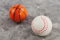 Deux nouvelles boules en caoutchouc molles de basket-ball et de base-ball image libre de droits
