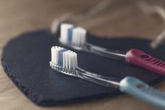 Deux nouvelles brosses à dents en plastique Photographie stock libre de droits