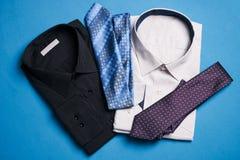 Deux nouvelles chemises colorées avec des liens pour les hommes Image libre de droits