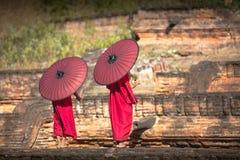Deux novices ont répandu un parapluie rouge Photo libre de droits