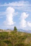 Deux nuages étranges, Val di Scalve, Italie photos libres de droits