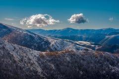 Deux nuages au-dessus des montagnes Images libres de droits