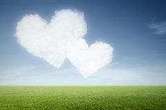 Deux nuages dans la forme de coeur dans le ciel Photographie stock