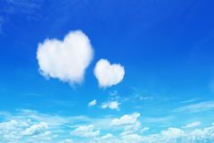 deux nuages de coeur sur le ciel bleu Photographie stock