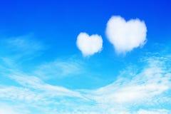 deux nuages en forme de coeur sur le ciel bleu pour le fond de valentine Photos stock