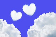 deux nuages en forme de coeur sur le ciel bleu pour le fond de valentine Photos libres de droits