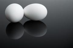 Deux oeufs blancs Photographie stock