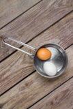 Deux oeufs dans la casserole sur la table en bois Photo libre de droits