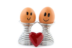 Deux oeufs dans le support d'oeufs dans l'amour Image libre de droits