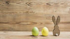 Deux oeufs de pâques avec des lapins Photos stock