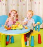 Deux oeufs de pâques de peinture d'enfants Photographie stock libre de droits