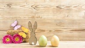 Deux oeufs de pâques et un lapin de Pâques Image stock
